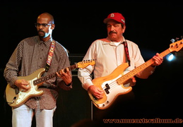 Charles Edward Berry Jr. und der Bassist der Band.